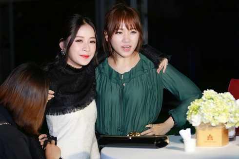 Cô vui vẻ chụp ảnh cùng đàn chị Hari Won.