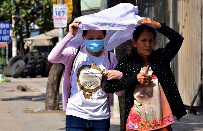Nắng nóng tiếp tục duy trì ở nền nhiệt 38 độ C tại TP HCM khiến nhiều người dân ra đường khốn khổ. Ảnh: Hải An.