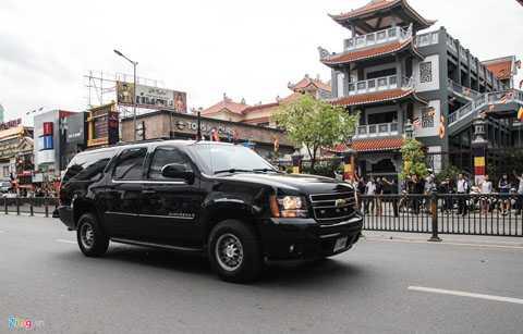 Trên nóc những chiếc xe này có hệ thống   ăng-ten cỡ lớn. Chevrolet Suburban là chiếc SUV 7 chỗ cỡ lớn, sử dụng   động cơ V8, 5.3 lít, mạnh 355 mã lực và 463 Nm mô-men xoắn.