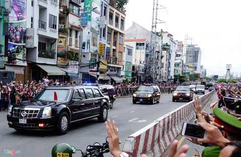 Thông thường, đoàn xe bảo vệ Tổng thống   Mỹ có từ 30-45 chiếc, trong đó có xe của cảnh sát địa phương, xe mật vụ,   hai chiếc limo bọc thép, xe chở báo chí và một đội xạ thủ phản ứng   nhanh. Ảnh: TNTBros.