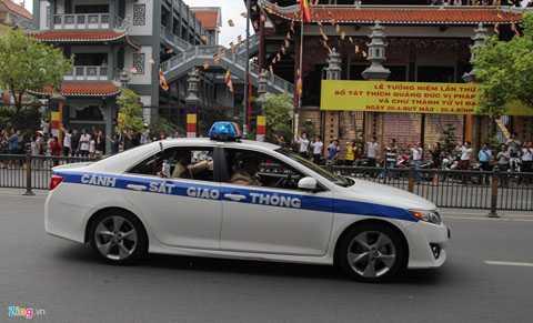 Thông thường, sẽ có 2 hoặc 3 xe cảnh sát   đi trước để kiểm tra đường, 20 môtô đi trước và ngang hông. Cảnh sát   giao thông sẽ chặn hết các giao lộ trên tuyến đường Tổng thống đi qua.