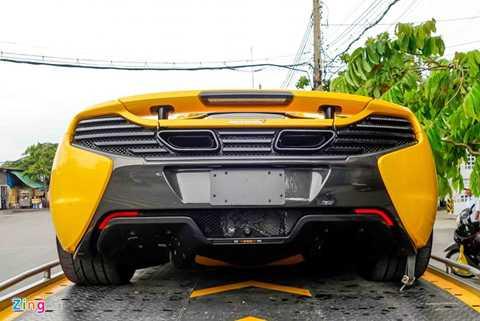 Chiều 19/5, siêu xe này được vận chuyển   từ cảng về nhà riêng của thiếu gia này trên đường Điện Biên Phủ, TP HCM.   Theo giới kinh doanh xe nhập, giá trị một chiếc McLaren 650S Spider khi   nộp đủ thuế tại Việt Nam khoảng 800.000 USD (trên 16 tỷ đồng), đắt hơn   Lamborghini Huracan nhưng rẻ hơn Ferrari F12.