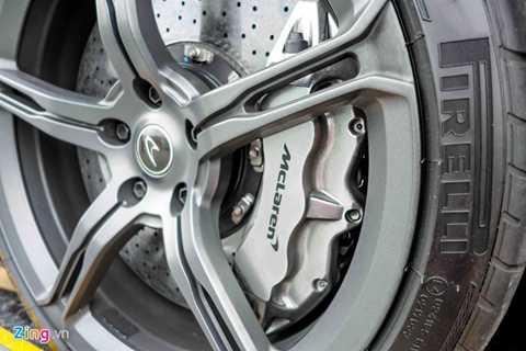 Để kìm cương khối động cơ V8 3.8 lít,   tăng áp kép, công suất 641 mã lực và 680 Nm mô-men xoắn, McLaren trang   bị cho 650S hệ thống phanh hiệu suất cao bằng carbon ceramic, đường kính   394 mm phía trước và 380 mm phía sau. Kẹp phanh 6 piston phía trước và 4   piston phía sau.