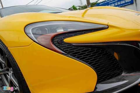 Phần đầu xe được thiết kế lấy cảm hứng từ hypercar triệu đô McLaren P1. Đèn pha hình lưỡi liềm chiếu sáng bằng công nghệ LED.