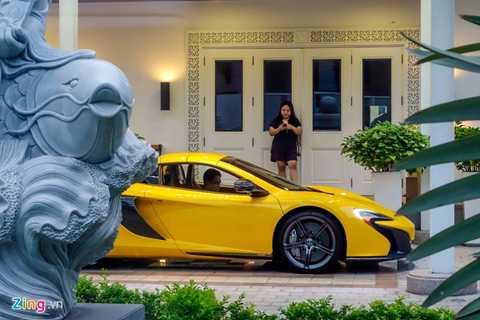 Phan Thành thử các tính năng trên chiếc xe mới mua.