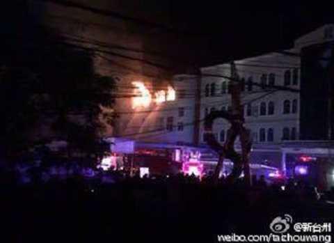 Toà nhà bốc cháy khi phi cơ lao vào nhà máy. Ảnh: Weibo