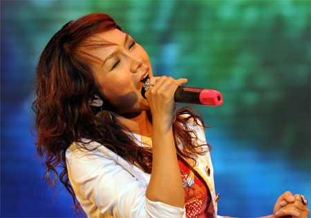 Thái   Thùy Linh không chỉ được biết đến là ca sỹ có cá tính mạnh mẽ với những   bài hát sôi động mang đậm phong cách rock, mà cô còn truyền cảm hứng cho   nhiều người bằng trái tim ấm nóng của người nghệ sỹ (Thài Thùy Linh   thành lập dự án phi lợi nhuận có tên Mang âm nhạc đến bệnh viện).