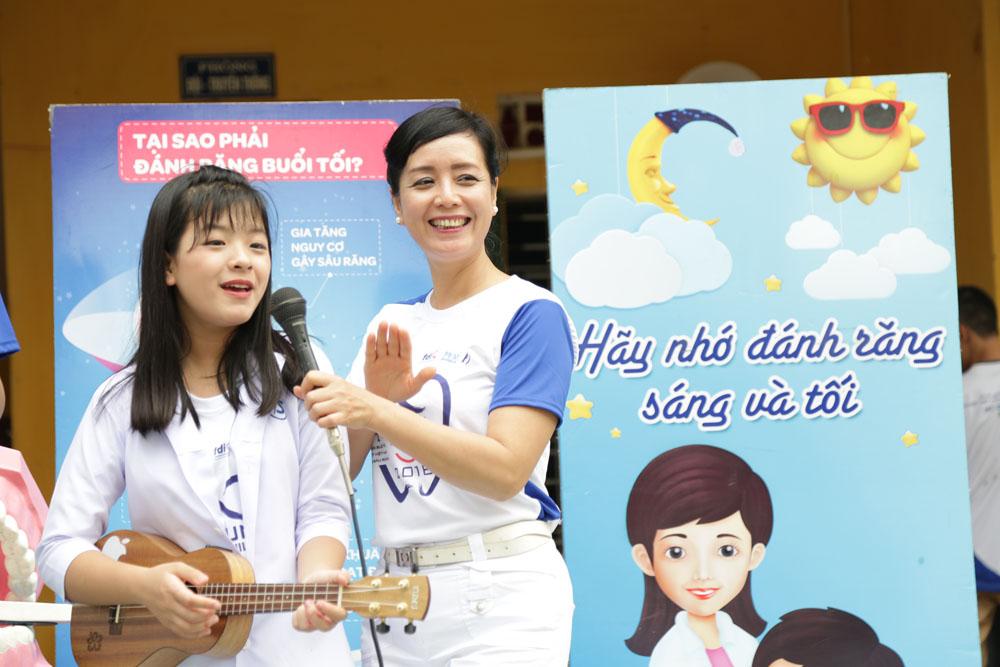 Sau The voice kids, Chiều Xuân cùng Hồng   Khanh tham gia các chương trình âm nhạc, 2 mẹ con lúc nào cũng hạnh   phúc, quấn quýt bên nhau.