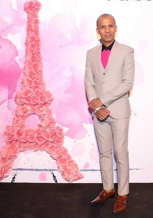 Nghệ sỹ kèn saxophone Minh Tâm Bùi thanh lịch với vest xám và áo sơ mi hồng.