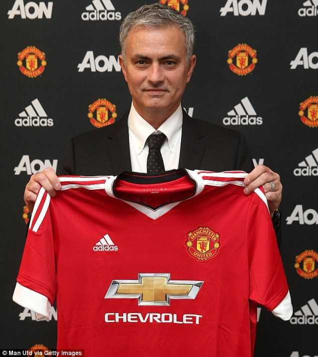 Mourinho hạnh phúc giơ chiếc áo đấu của Manchester United
