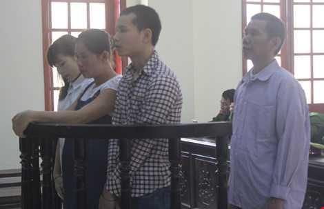 Các bị cáo (từ phải qua trái) Kha Văn Nguyền, Xeo Văn Thông, Vi Thị Loan và Vi Thị Nhung.