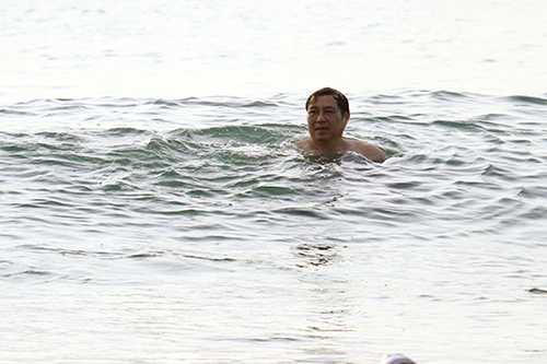 Ông Huỳnh Đức Thơ, Chủ tịch UBND TP Đà Nẵng đi tắm biển sáng sớm ngày 1/5. Ảnh: Nguyễn Đông.