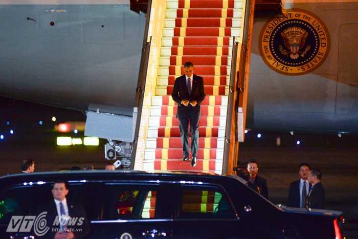 Tổng thống Obama bước xuống từ Air Force One - Ảnh: Tùng Đinh