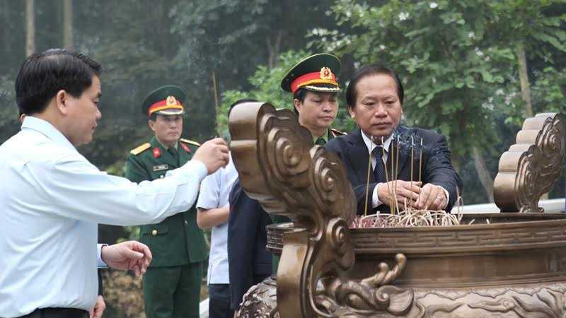 Bộ trưởng TT&TT Trương Minh Tuấn và Chủ tịch TP Hà Nội Nguyễn Đức Chung dâng hương tưởng nhớ Bác