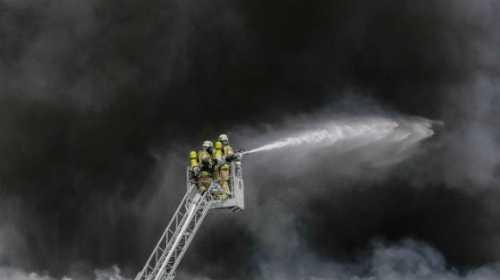 Lính cứu hỏa làm nhiệm vụ. Ảnh: Bild