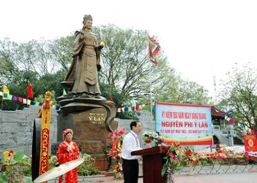 Lễ hội truyền thống Đền Nguyên Phi Ỷ Lan và Kỷ niệm 950 năm ngày đăng quang Nguyên Phi Ỷ Lan được tổ chức trong 3 ngày 30, 31/3 và 1/4/2013. Ảnh: gialam.gov.vn