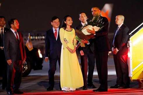 Trần Mỹ Linh - nữ sinh diện áo dài tặng hoa cho Tổng thống Obama