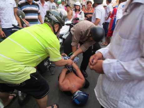 Phát bị người dân và lực lượng chức năng địa phương bắt giữ - Ảnh: do người dân cung cấp