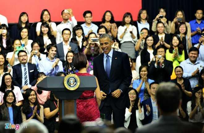 Ngô Thùy Ngọc Tú đã được Tổng thống Obama khen ngợi và cảm ơn khi cô hoàn thành tốt vai trò dẫn dắt buổi nói chuyện (Ảnh: Zing)