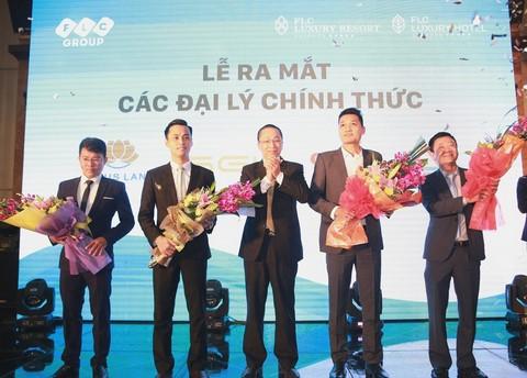 Đại diện FLC Group trao hoa cho các đại lý phân phối FLC Quy Nhơn tại Lễ mở bán diễn ra tại Hà Nội ngày 26/3 vừa qua