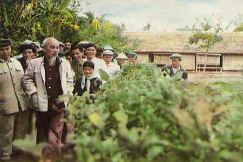 Bác Hồ về thăm làng Sen năm 1961 (Ảnh tư liệu)