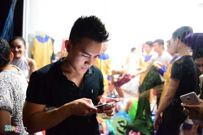 Trong chương trình diễn tại TP.HCM, Võ Lê Thành Vinh, người vướng nghi vấn là con ruột của nghệ sĩ Hoài Linh xuất hiện ở hậu trường cuộc thi để ủng hộ ba làm giám khảo. Trước phòng trang điểm, anh đứng một mình chờ Hoài Linh hoàn tất khâu chuẩn bị.