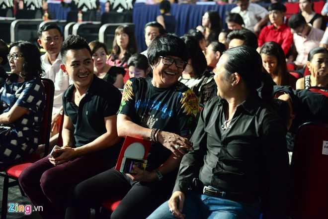 Thành Vinh ngồi hàng ghế VIP cùng Nguyên Lộc, người quản lý, thân cận nhất của Hoài Linh (giữa). Cả hai trò chuyện thoải mái, vui vẻ cùng một người bạn ngồi chung hàng ghế.