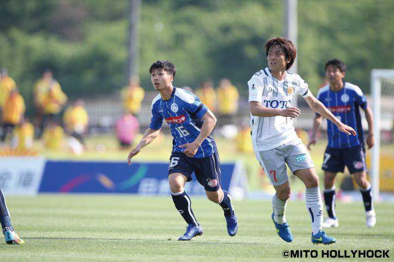Công Phượng đá tiền vệ tự do ở trận ra mắt Mito Hollyhock