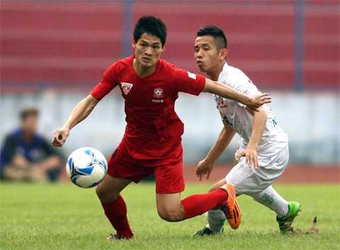 Xuân Hùng (áo đỏ) từng thi đấu tại Lào và giải hạng Nhất Thái Lan