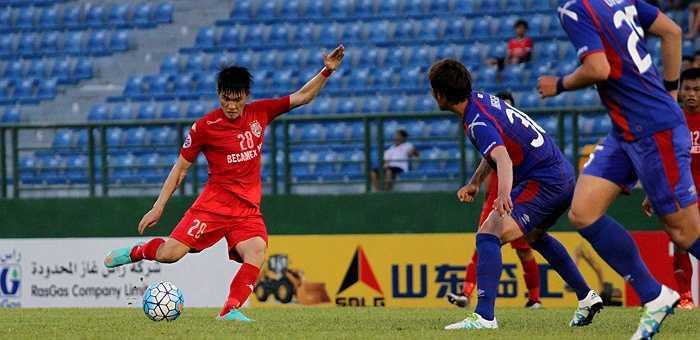 Công Vinh vô duyên trước khung thành FC Tokyo (Ảnh: Hoàng Tùng)