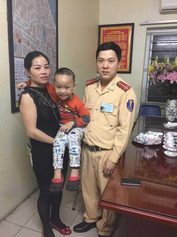 Người mẹ tìm được con sau khi bị thất lạc - Ảnh: Lao Động