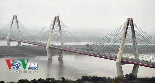 Cầu Nhật Tân, một trong những con đường đi tới sân bay Nội Bài hôm nay cũng trở nên đông đúc hơn.