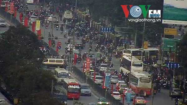 Đường Giải Phóng luôn trong tình trạng quá tải người và phương tiện đổ về Trung tâm Thành phố