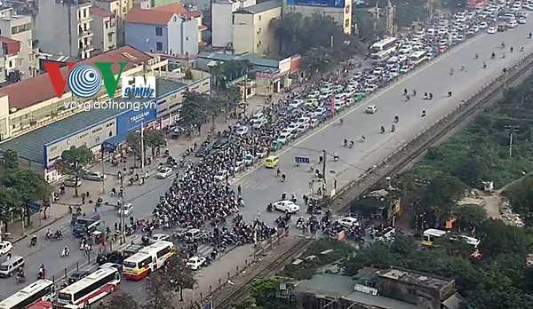 Cảnh sát giao thông, cảnh sát trật tự và   cảnh sát cơ động được huy động tại các nút giao trọng điểm và quanh khu   vực bến xe để phân luồng.Cách đấy không xa, bến xe Nước Ngầm cũng trong tình trạng ùn tắc cục bộ.