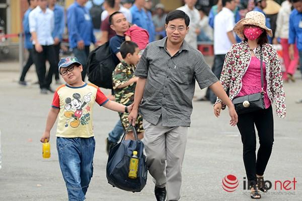 Nhiều gia đình xách nách về nhà sau kỳ nghỉ