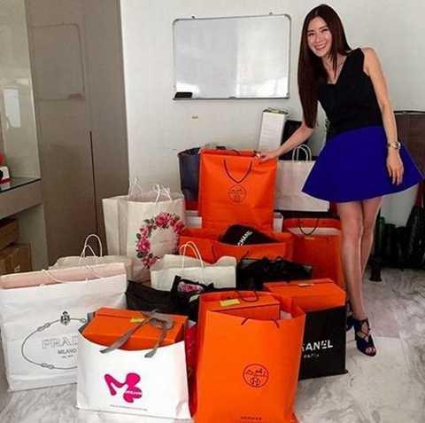 Trong hình là chiếc túi xách hàng hiệu   làm từ da cá sấu. Nhưng Jamie còn sở hữu khoảng 200 chiếc túi Hermes   Birkin và Kelly... như vậy. Cô cũng có ngôi biệt thự với một hồ bơi, một   hầm rượu và một tủ quần áo lớn.