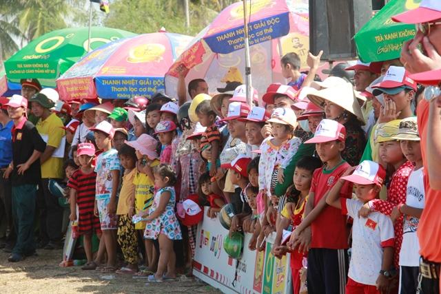 Đông đảo bà con nhân dân đến cổ vũ cho hai đội của xã Ngọc Đông và Hoà Tú 1