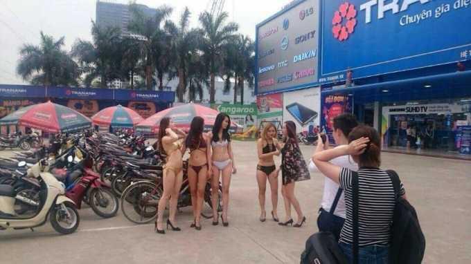 Dàn PG mặc bikini ở Trần Anh