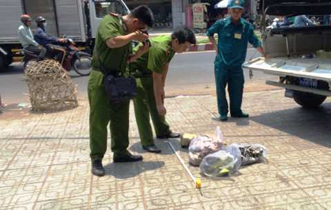 Cảnh sát gom trang phục của hai nữ sinh bị cháy xem, truy tìm kẻ gây án. Ảnh: Hải Hiếu.