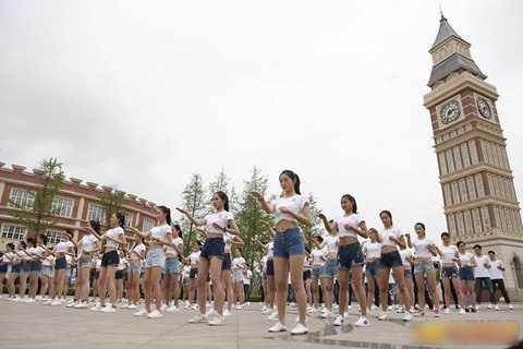 Ngoài các bài học chuyên môn nghiệp vụ   của tiếp viên hàng không, các nữ học viên còn phải luyện võ, rèn thể lực   để ứng phó các tình huống khẩn cấp trên máy bay.