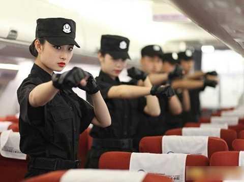 Học viên thực hành kỹ năng tự vệ trên máy bay.