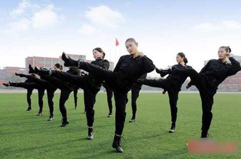 Các nữ tiếp viên tương lai luyện tập nghiêm túc trên sân cỏ.