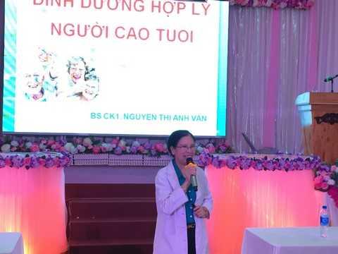 Bác sĩ Nguyễn Thị Ánh Vân trả lời câu hỏi của người tham dự