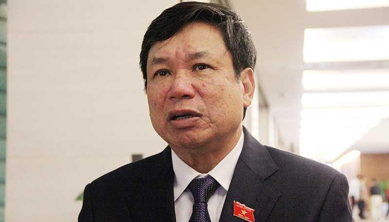 Đại biểu Lê Nam chia sẻ với báo chí bên hành lang Quốc hội (Ảnh: Phạm Thịnh)