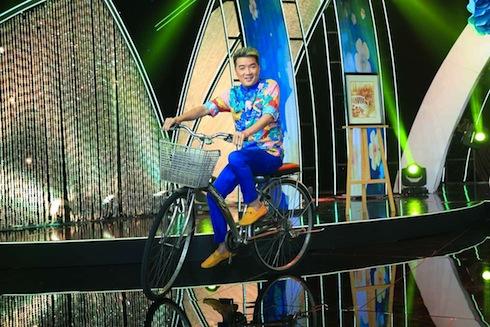Đàm Vĩnh Hưng đi xe đạp như cậu bé hát
