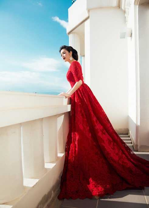 Khác với Angela Phương Trinh, Lý Nhã Kỳ luôn chọn những bộ váy hàng hiệu của các hãng thời trang danh tiếng khi sải bước trên thảm đỏ LHP Cannes. Cựu Đại sứ Du lịch trông thật gợi cảm, quyến rũ và nồng nàn trong bộ váy màu đỏ của Georges Hobeika
