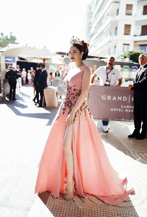 Nhiều người đặt dấu hỏi xung quanh sự xuất hiện của Lý Nhã Kỳ tại LHP Cannes nhưng không ai có thể phủ nhận sức cuốn hút của cô mỗi lần xuất hiện trên thảm đỏ.
