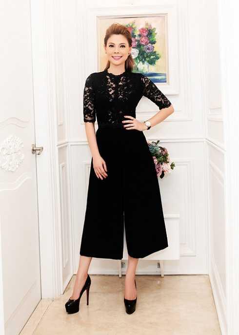 Thanh Thảo lấy lại phong độ với bộ trang phục màu đen sang trọng và quyến rũ.