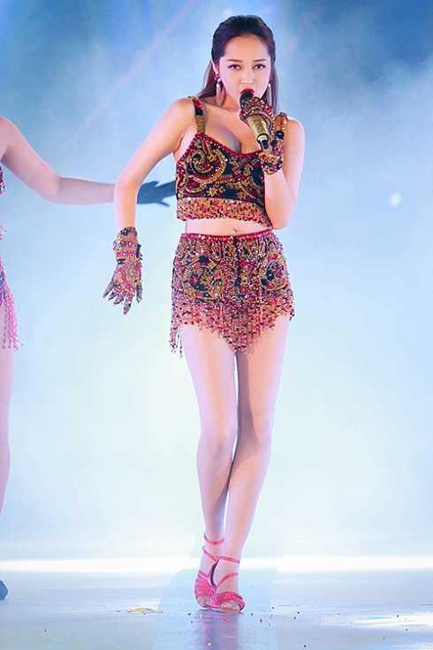Bảo Anh khoe tối đa vẻ gợi cảm khi mặc trang phục được đính hàng nghìn viên đá của NTK Tăng Thành Công khi trình diễn trên sân khấu chung kết Hoa hậu biển.
