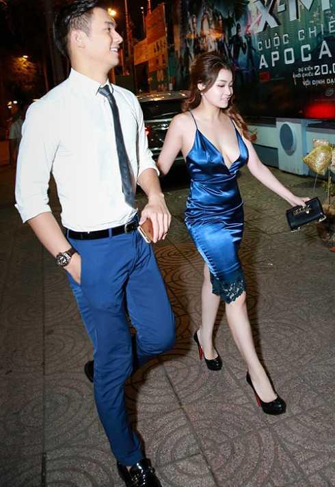 Thủy Top lộ thân hình kém săn chắc trong bộ váy màu xanh khi sánh bước bên nam diễn viên Nhan Phúc Vinh.